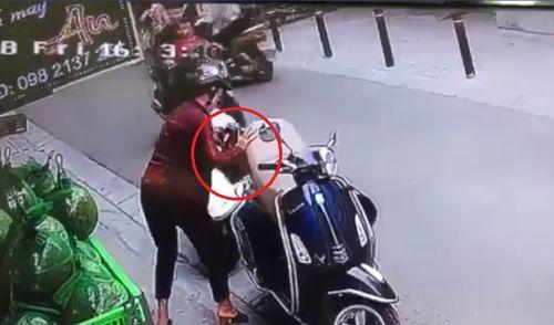 Video: 2 phụ nữ dàn cảnh, mở cốp xe Vespa lấy trộm túi xách rồi tẩu thoát - Ảnh 1
