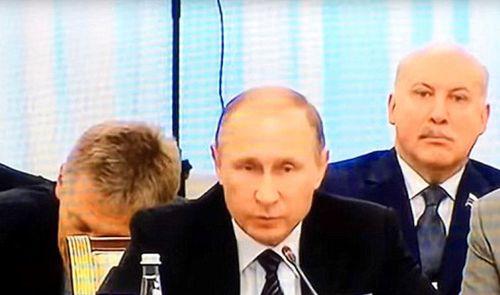 Người phát ngôn gà gật ngay sau lưng Tổng thống Putin - Ảnh 1