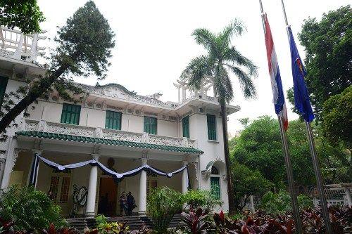 Đoàn người xếp hàng viếng nhà vua Thái Lan tại Hà Nội - Ảnh 1