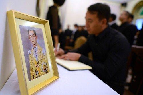 Đoàn người xếp hàng viếng nhà vua Thái Lan tại Hà Nội - Ảnh 13