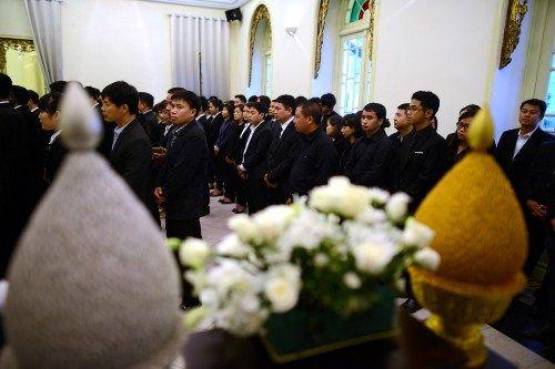 Đoàn người xếp hàng viếng nhà vua Thái Lan tại Hà Nội - Ảnh 14