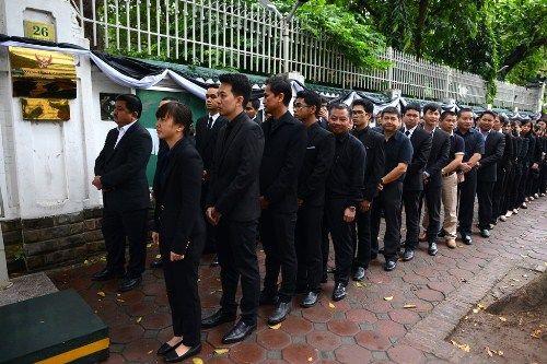 Đoàn người xếp hàng viếng nhà vua Thái Lan tại Hà Nội - Ảnh 3