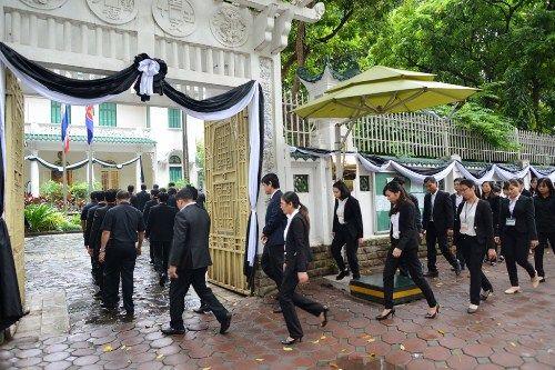 Đoàn người xếp hàng viếng nhà vua Thái Lan tại Hà Nội - Ảnh 5