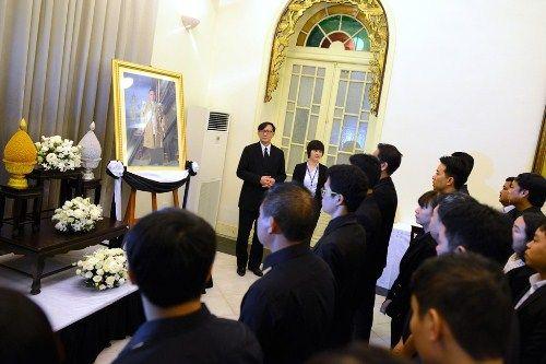 Đoàn người xếp hàng viếng nhà vua Thái Lan tại Hà Nội - Ảnh 6
