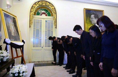 Đoàn người xếp hàng viếng nhà vua Thái Lan tại Hà Nội - Ảnh 8