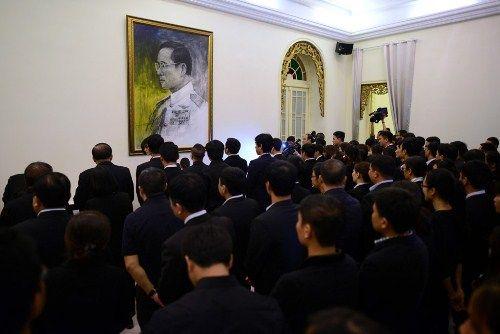 Đoàn người xếp hàng viếng nhà vua Thái Lan tại Hà Nội - Ảnh 9