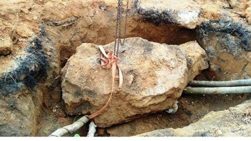 Đào mộ cổ 200 tuổi, nam thanh niên bị đá tảng đè chết - Ảnh 1
