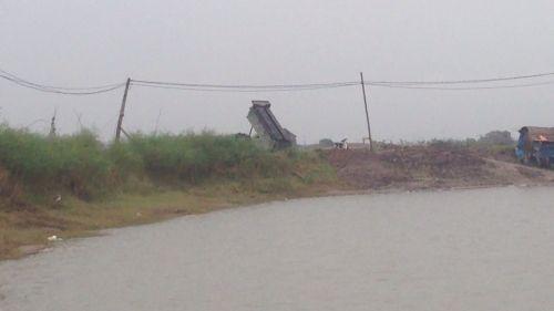 Công an Đông Anh bắt nhiều xe lạ thải bùn độc xuống sông Hồng - Ảnh 1