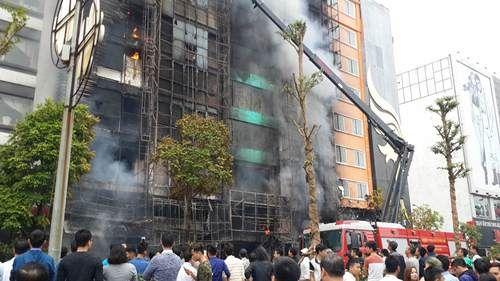 Cháy lớn tại quán karaoke 68 Trần Thái Tông: Nghi có người mắc kẹt - Ảnh 11