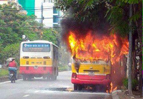 Xe buýt phát nổ, bốc cháy dữ dội trên đường Hà Nội - Ảnh 1
