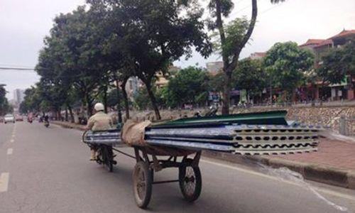 Người phụ nữ tử vong trên phố do chân chống xe cải tiến đâm - Ảnh 1