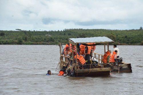 Đắk Lắk: Lật thuyền chở hơn 20 người, 3 người chết và mất tích - Ảnh 1