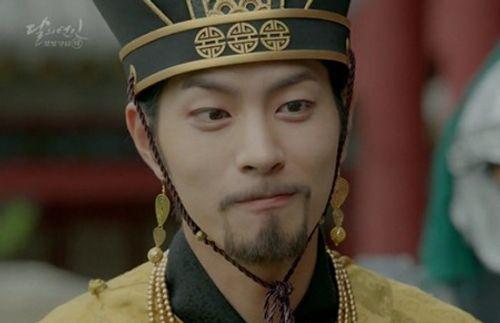 """Người tình ánh trăng tập 15: Lee Jun Ki trở thành """"chó săn"""", bị ép giết em trai - Ảnh 1"""