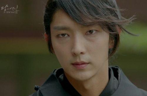 """Người tình ánh trăng tập 15: Lee Jun Ki trở thành """"chó săn"""", bị ép giết em trai - Ảnh 2"""