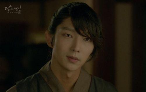 """Người tình ánh trăng tập 15: Lee Jun Ki trở thành """"chó săn"""", bị ép giết em trai - Ảnh 4"""
