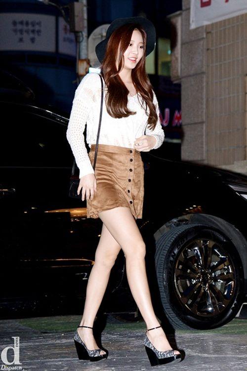Áo len và váy ngắn - thời trang thu hoàn hảo của idol nữ xứ Hàn - Ảnh 1