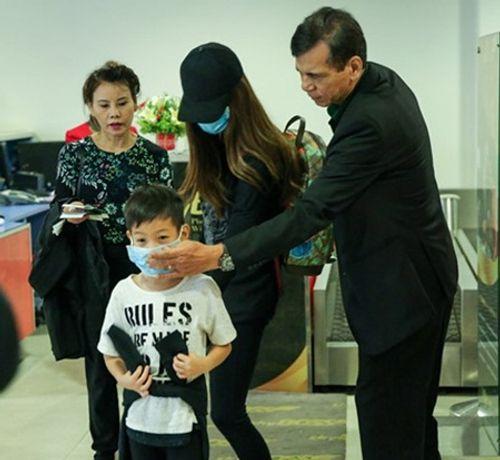 Hà Hồ đưa con trai về quê Quảng Bình cứu trợ dân vùng lũ - Ảnh 1