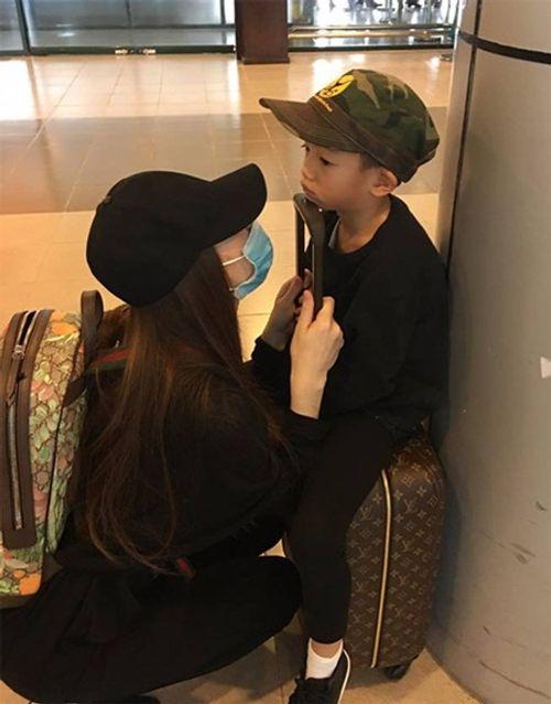 Hà Hồ đưa con trai về quê Quảng Bình cứu trợ dân vùng lũ - Ảnh 2