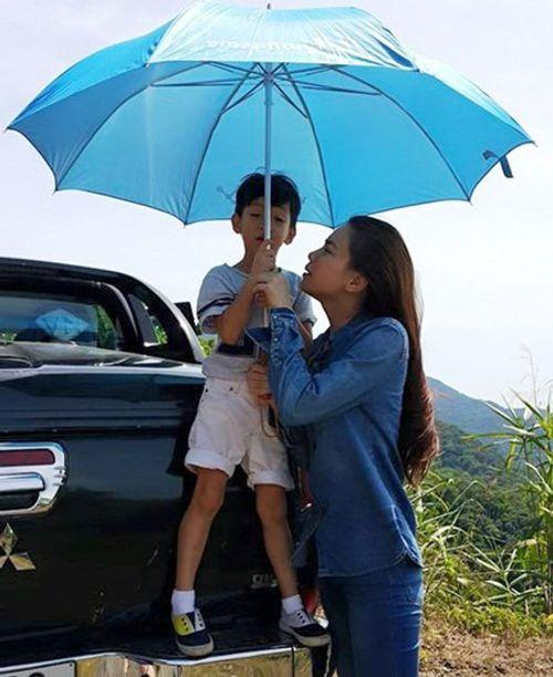 Hà Hồ đưa con trai về quê Quảng Bình cứu trợ dân vùng lũ - Ảnh 5
