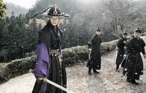 """""""Huyền thoại biển xanh"""" tiết lộ hình ảnh Lee Min Ho mặc cổ trang chiến đấu - Ảnh 3"""