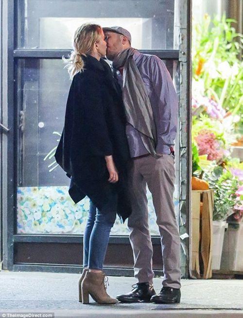 """Jennifer Lawrence quấn quýt """"khóa môi"""" đạo diễn 47 tuổi trên phố - Ảnh 3"""
