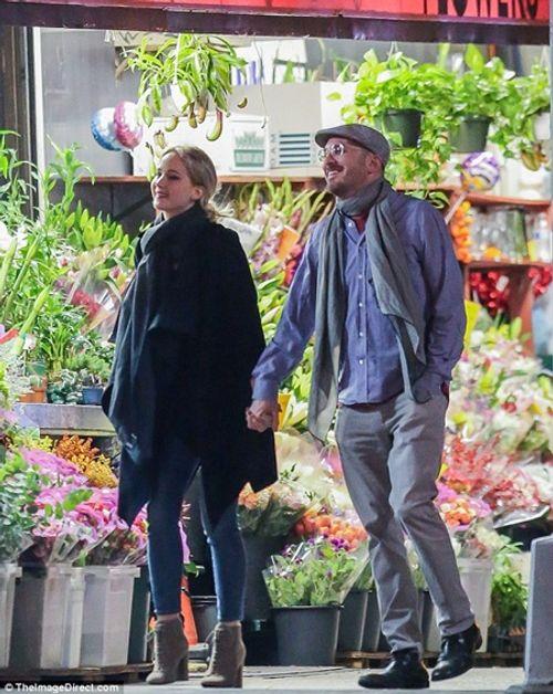 """Jennifer Lawrence quấn quýt """"khóa môi"""" đạo diễn 47 tuổi trên phố - Ảnh 1"""