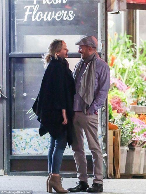 """Jennifer Lawrence quấn quýt """"khóa môi"""" đạo diễn 47 tuổi trên phố - Ảnh 2"""