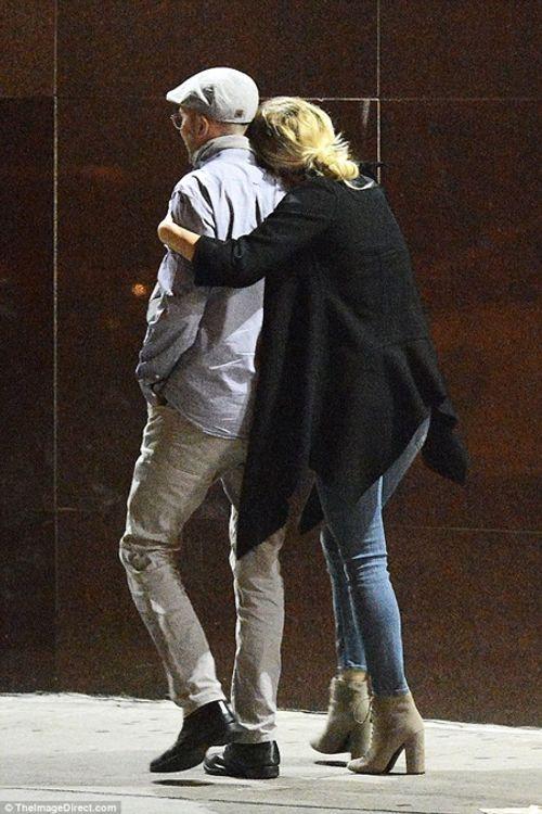 """Jennifer Lawrence quấn quýt """"khóa môi"""" đạo diễn 47 tuổi trên phố - Ảnh 6"""