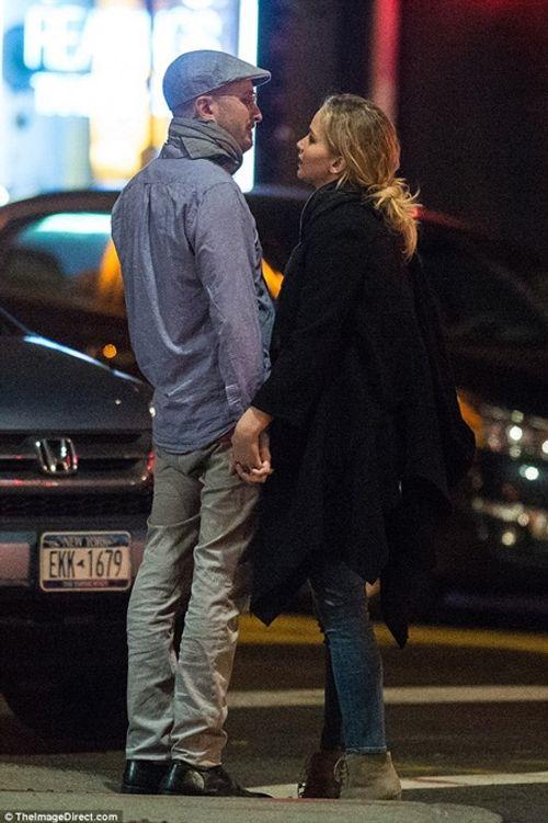 """Jennifer Lawrence quấn quýt """"khóa môi"""" đạo diễn 47 tuổi trên phố - Ảnh 7"""