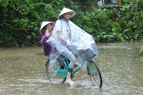 Hoa hậu Phạm Hương chạy xe đạp chở cụ già trong cơn mưa dầm - Ảnh 7