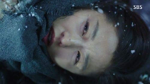Huyền thoại biển xanh tập 5: Jun Ji Hyun cắn tình địch, gặp tai nạn lúc hẹn hò - Ảnh 17