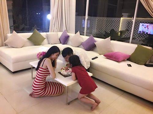 Công Vinh đón sinh nhật bên Thủy Tiên và con gái sau tuyên bố giải nghệ - Ảnh 2