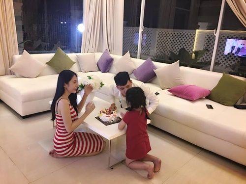 Công Vinh đón sinh nhật bên Thủy Tiên và con gái sau tuyên bố giải nghệ - Ảnh 4