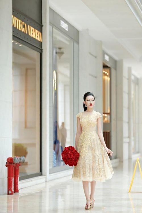 Hoa hậu Huỳnh Thúy Anh một mình cafe ngày cuối tuần - Ảnh 1