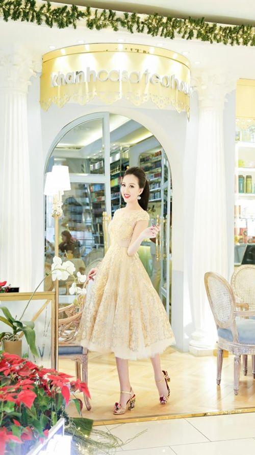 Hoa hậu Huỳnh Thúy Anh một mình cafe ngày cuối tuần - Ảnh 3