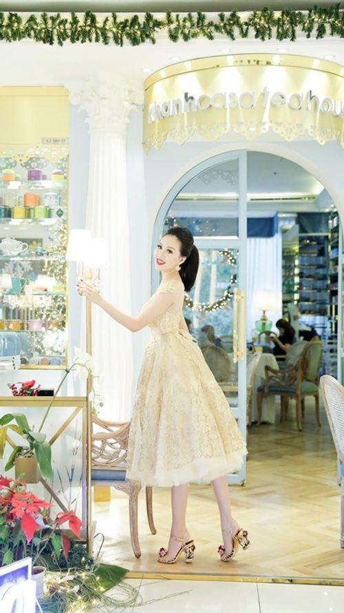 Hoa hậu Huỳnh Thúy Anh một mình cafe ngày cuối tuần - Ảnh 2