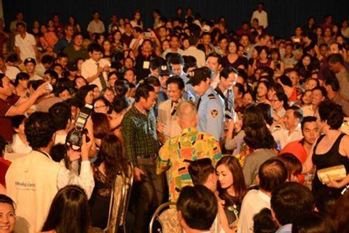Chế Linh tái ngộ khán giả Hà Nội sau gần 3 năm xa cách - Ảnh 1