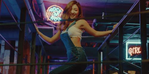 """Hani khoe cơ bụng, đẹp ma mị trong MV mới với """"hội chị em"""" - Ảnh 6"""