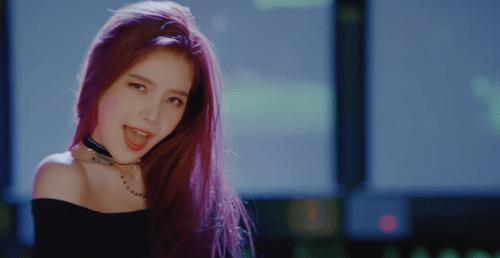 """Hani khoe cơ bụng, đẹp ma mị trong MV mới với """"hội chị em"""" - Ảnh 9"""