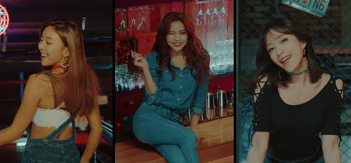 """Hani khoe cơ bụng, đẹp ma mị trong MV mới với """"hội chị em"""" - Ảnh 1"""