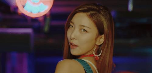 """Hani khoe cơ bụng, đẹp ma mị trong MV mới với """"hội chị em"""" - Ảnh 7"""