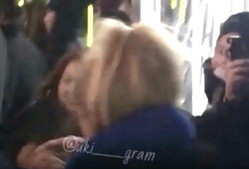 Xôn xao với đoạn clip G-Dragon bảo vệ và hôn Dara trước đám đông - Ảnh 2