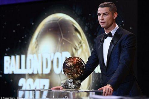 Ronaldo chính thức giành Quả bóng vàng 2017, cân bằng kỷ lục với Messi - Ảnh 1