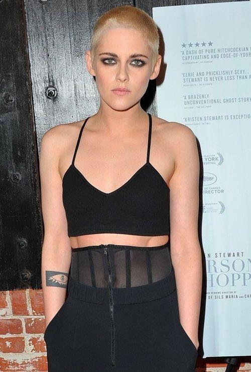 Kristen Stewart gây choáng với mái đầu cạo trọc, nhuộm vàng kim - Ảnh 1