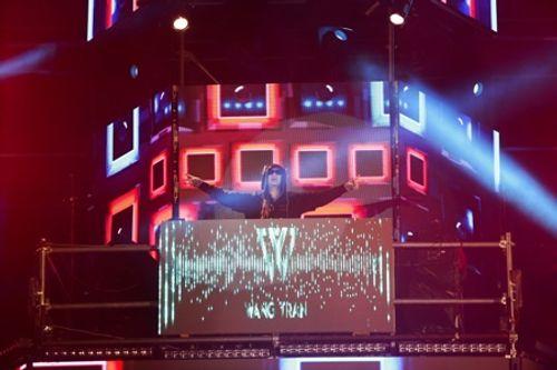 """Hàng chục ngàn khán giả """"cháy"""" hết mình với DJ Wang Trần - Ảnh 1"""