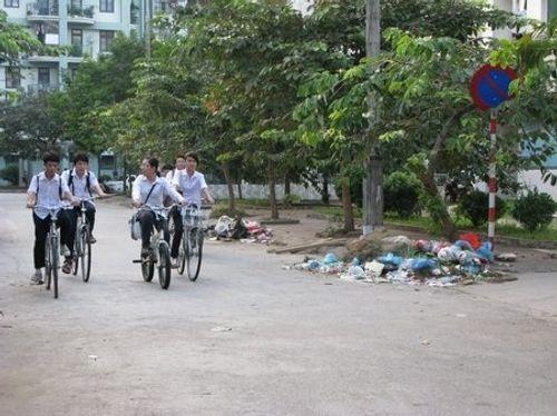 Bức xúc tình trạng đổ rác bừa bãi trên đường phố Hà Nội - Ảnh 1