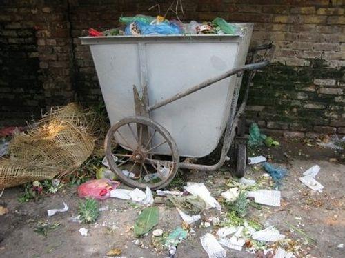 Bức xúc tình trạng đổ rác bừa bãi trên đường phố Hà Nội - Ảnh 2
