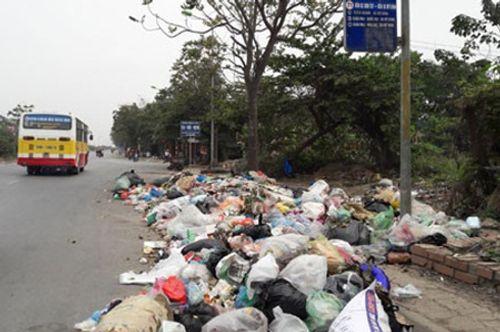 Bức xúc tình trạng đổ rác bừa bãi trên đường phố Hà Nội - Ảnh 3