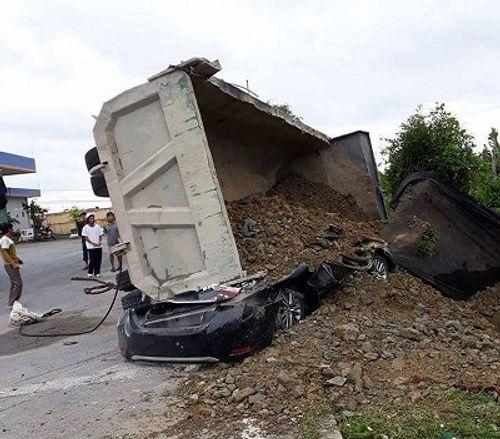 Xe tải chở đất lật nghiêng, đè bẹp