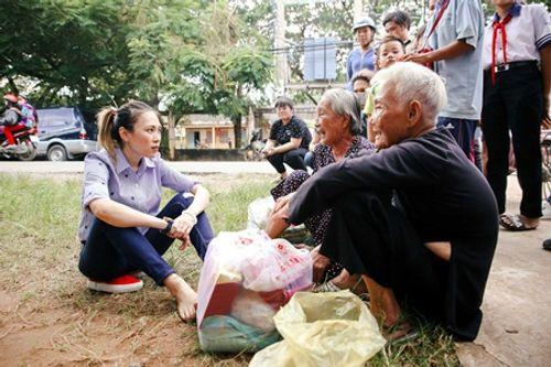 Mỹ Tâm ngồi bệt xuống vệ đường trò chuyện cùng các cụ bà - Ảnh 9